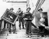 American soldiers hand-carried paintings down the steps of the Neuschwanstein Castle under the supervision of Capt. James Rorimer. Image: National Archives and Records / Public Domain, via the Monuments Men Foundation.